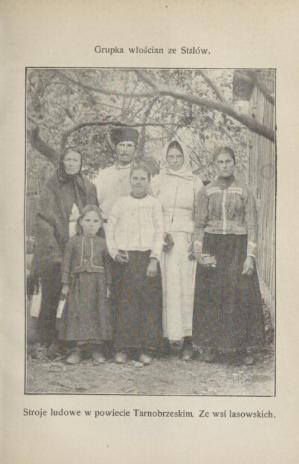 Rodzina w strojach ludowych.