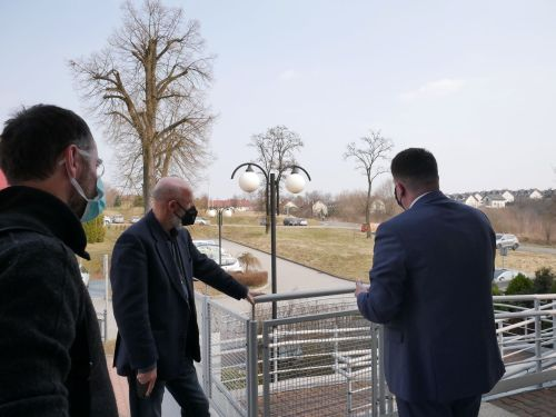 trzech mężczyzn ogląda teren zielony