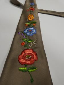 Krawat w ręcznie haftowane kwiaty wykonany przez Urszulę Widłak.